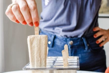 These White Russian Horchata Popsicles are for everyone who loves cinnamon, coffee liqueur, and boozy, creamy frozen treats that taste delicious. #popsicles #horchata #whiterussian #boozypopsicles #holajalapeno #paletaweek