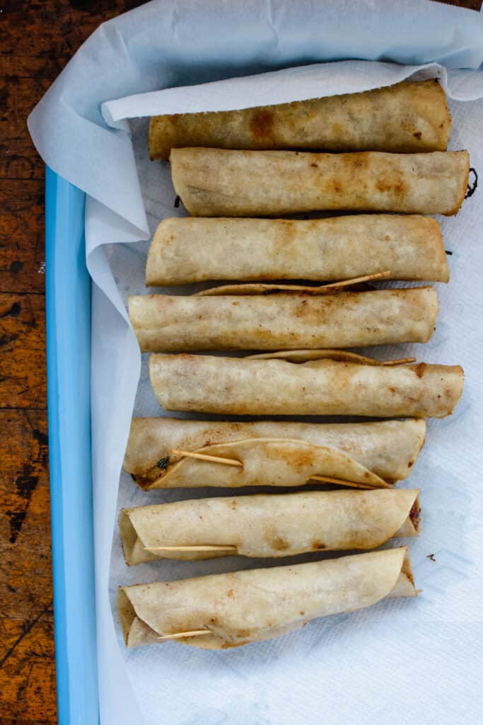 Crispy homemade beef flautas are excellent party food and great for family dinner too! Click now for the recipe. #flautas #beefflautas #mexicanrecipe #flautasrecipe